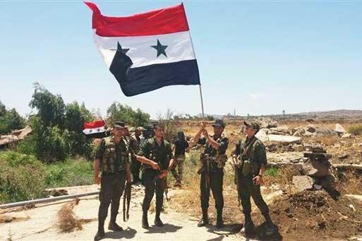 اهتزاز پرچم سوریه بر فراز منبج ، ارتش سوریه در راه رقه و نزدیک مرزهای ترکیه
