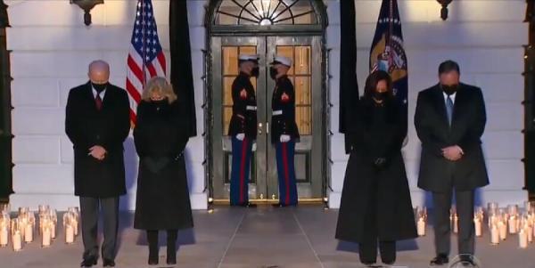 خبرنگاران پرچم آمریکا به مدت چهار روز نیمه برافراشته می ماند