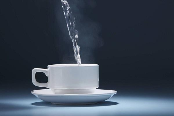 6 مزیت نوشیدن آب گرم با معده خالی!
